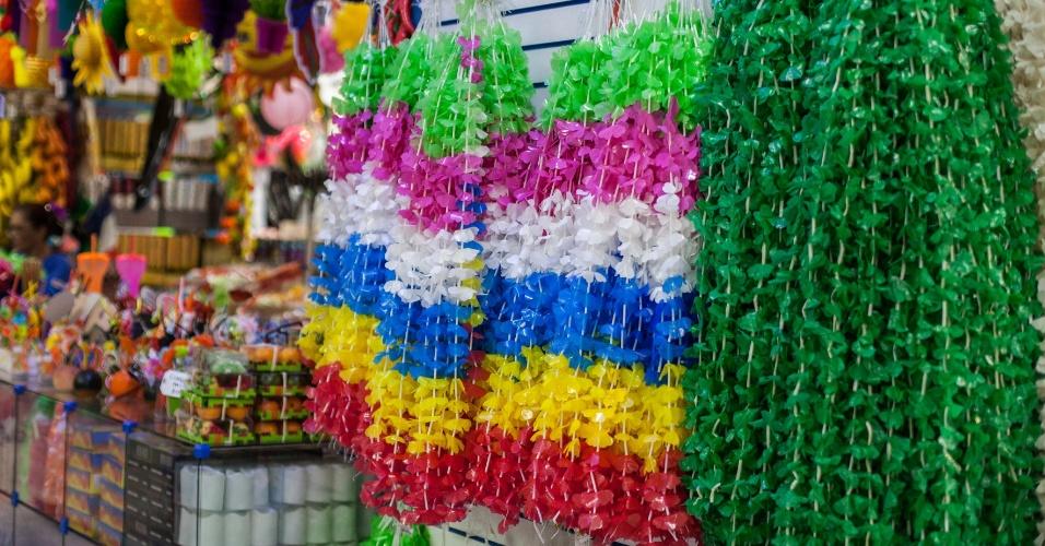 O colar havaiano é o item mais barato entre os acessórios. Custa de R$ 3 a 6 na loja Império das Festas (Ladeira Porto Geral, 55 ? Centro/ SP)