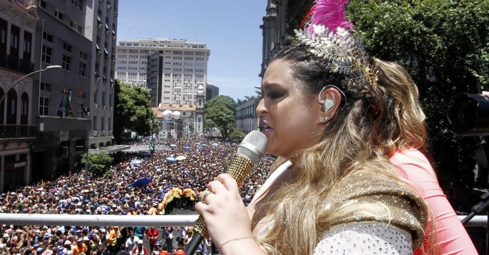 A cantora embala os foliões nas ruas do centro
