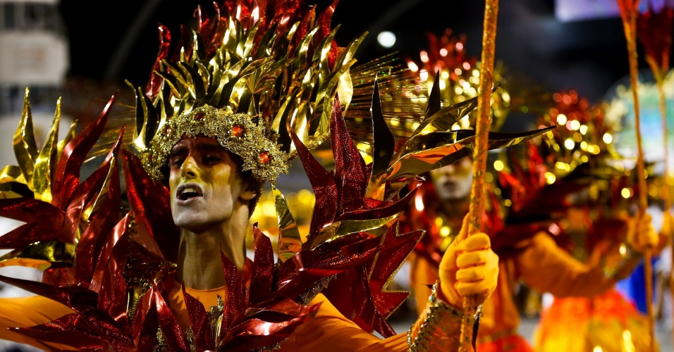 6.fev.2016 - Destaque masculino no desfile da Águia de Ouro no primeiro dia de Carnaval no Anhembi, em SP