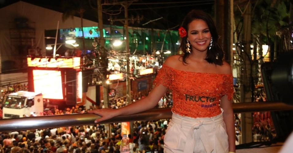 7.fev.2015 - De camarote, Bruna Marquezine curte o 4º dia de folia no Carnaval de Salvador
