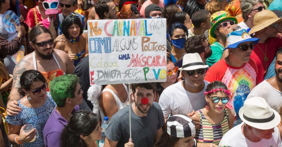 7.fev.2015 - Folião aproveita para fazer protesto durante desfile do bloco Enquanto Isso na Sala de Justiça, em Olinda (PE)