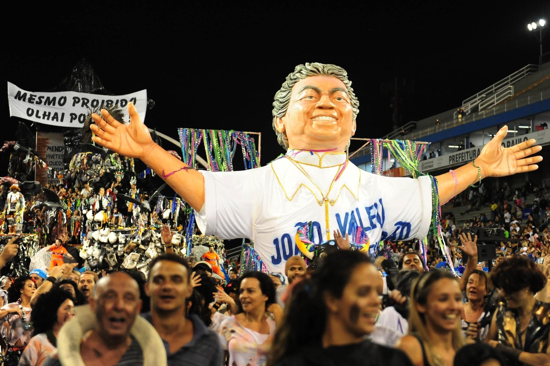 """13.fev.2016 - Acadêmicos do Tatuapé homenageia o carnavalesco Joãosinho Trinta, morto em 2011, e relembra o desfile histórico da Beija-Flor, em 1989, com Cristo Mendigo censurado com a faixa """"Mesmo proibido, olhai por nós"""""""