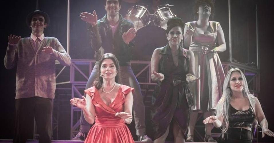 """A atriz Françoise Forton em cena do musical """"Estúpido Cupido"""""""