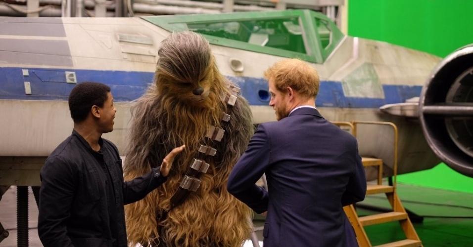 19.abr.2016 - Príncipe Harry conversa com Chewbacca e o ator John Boyega, o Finn de