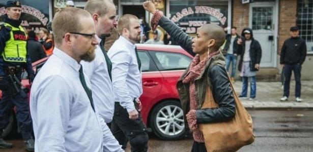 Ativista de 42 anos protestou sozinha contra centenas de neonazistas - PA