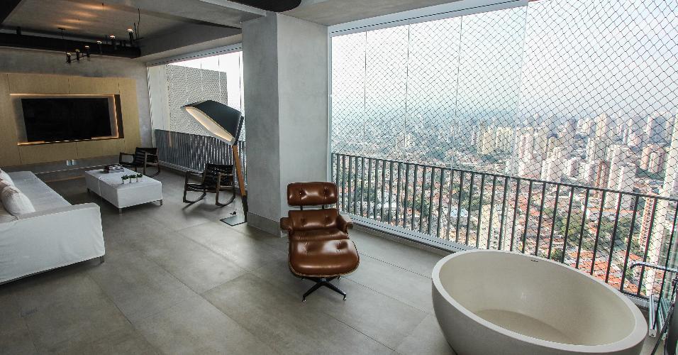 A antiga varanda do apê 360º foi remodelada para integrar a nova área social, que reúne também salas de estar, jantar e cozinha. Os dutos pretos junto ao forro normalmente são utilizados como condutores de ar refrigerado, mas neste projeto, eles servem para esconder a infraestrutura do ar-condicionado e a elétrica. O projeto de reforma é do SP Estudio e Bruno Moraes Arquitetura