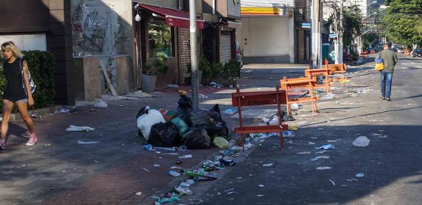 Após o sábado de folia com os blocos de Carnaval, ruas do bairro de Pinheiros, na zona oeste de São Paulo, amanhecem com acumulo de lixo e depredações. Três banheiros químicos foram incendiados na manhã deste domingo na rua dos Pinheiros e a fachada de um estacionamento foi atingida pelas chamas