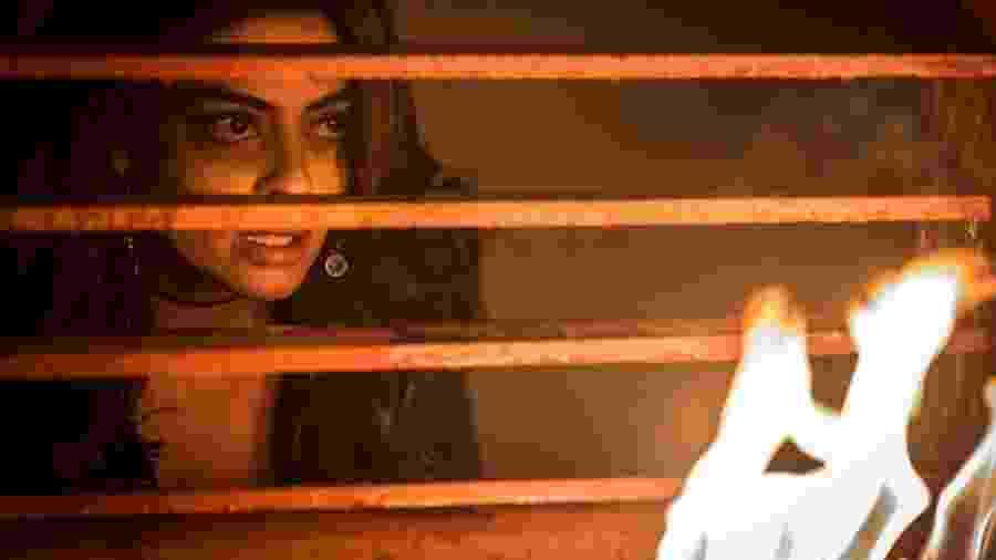 """Bibi (Juliana Paes) provoca incêndio para proteger o marido em """"A Força do Querer"""" - Reprodução/GShow"""