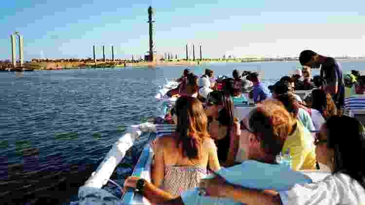 Do catamarã, turistas admiram Parque das Esculturas Francisco Brennand - Rodrigo Cavalcanti/Catamaran Tours - Rodrigo Cavalcanti/Catamaran Tours