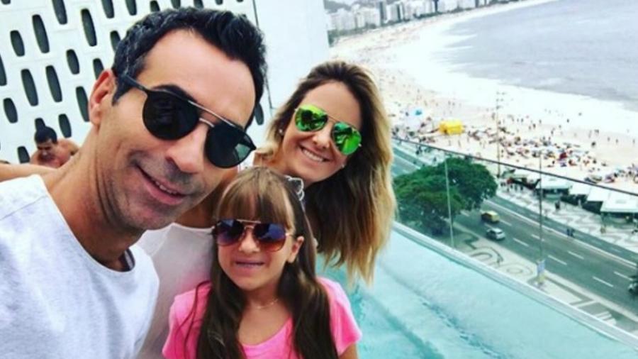 """Ticiane publicou uma foto ao lado de sua filha, Rafaela, e de seu marido, César Tralli, para lhe desejar boa sorte na estreia do """"JN"""" - Reprodução/Instagram"""