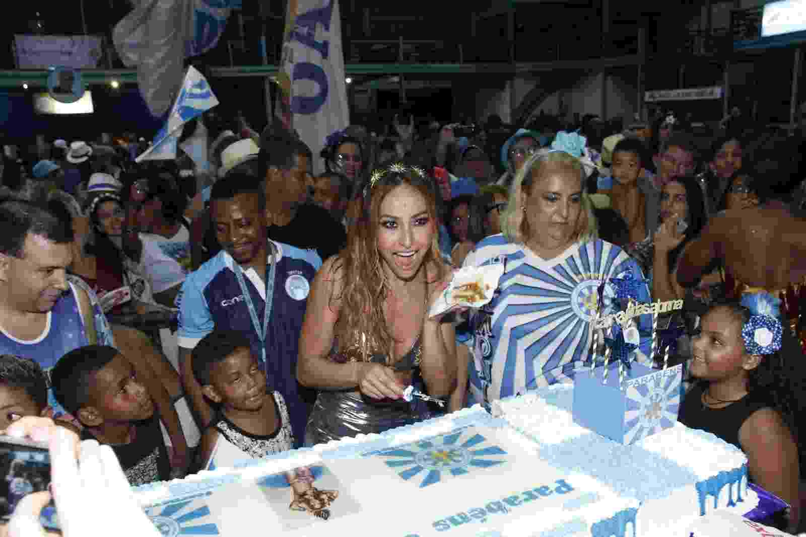 Sabrina, rainha da bateria da Vila Isabel, foi surpreendida com uma festa pelo seu aniversário logo depois de ensaiar com a escola - Marcos Ferreira/Brazil News