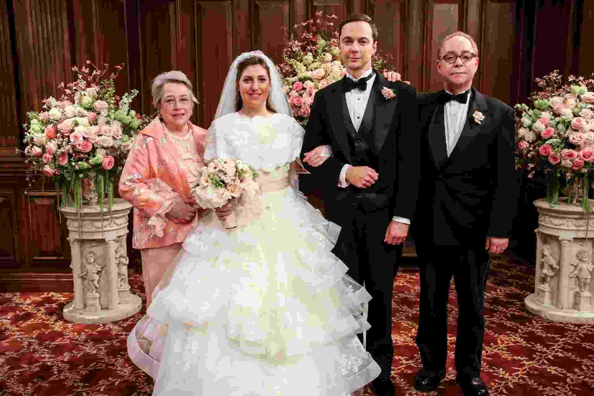 Amy (Mayim Bialik) e Sheldon (Jim Parsons) posam com os pais da noiva, interpretados pela atriz Kathy Bates e pelo ilusionista Teller - Divulgação