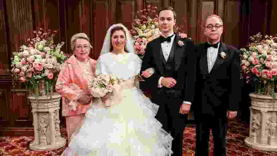 Amy e Sheldon posam com os pais da noiva, interpretados pela atriz Kathy Bates e pelo ilusionista Teller - Divulgação
