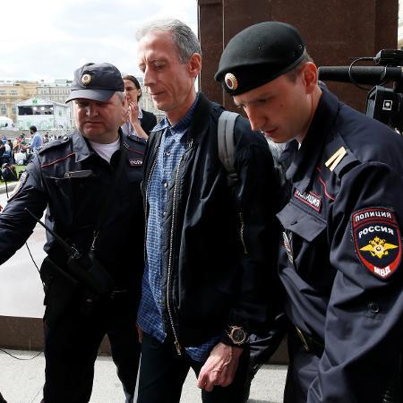 Peter Tatchell sendo detido por protestar contra Putin - REUTERS