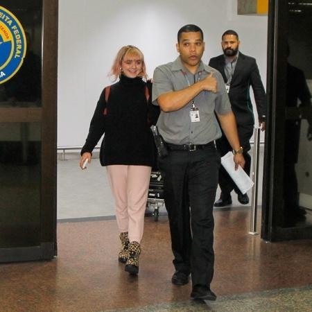 """Maisie Williams, a Arya Stark de """"Game of Thrones"""", desembarca no aeroporto de Guarulhos, em São Paulo. A atriz britânica está no Brasil para participar da CCXP - Marcello Sá Barreto/Brazil News"""