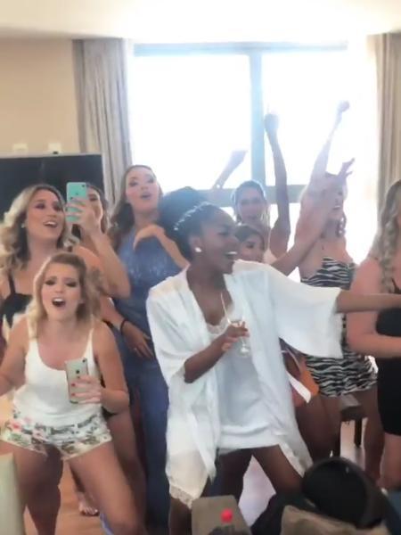 """Iza canta """"Pesadão"""" com madrinhas antes de se casar com Sérgio Santos - Reprodução/Instagram"""