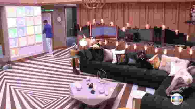 """Sala do """"BBB"""" foi repaginada e ganhou muitos detalhes em dourado e preto - Reprodução/Globo"""