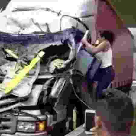 Vídeo do resgate de caminhoneiro viralizou na internet - Reprodução/Facebook