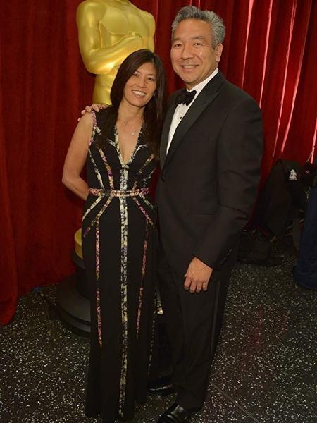 Kevin Tsujihara com a mulher, Sandy, em evento do Oscar 2015 - Divulgação/IMDb