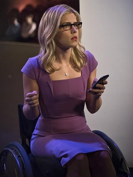 """Emily BettRickards em cena de """"Arrow"""" - Divulgação"""