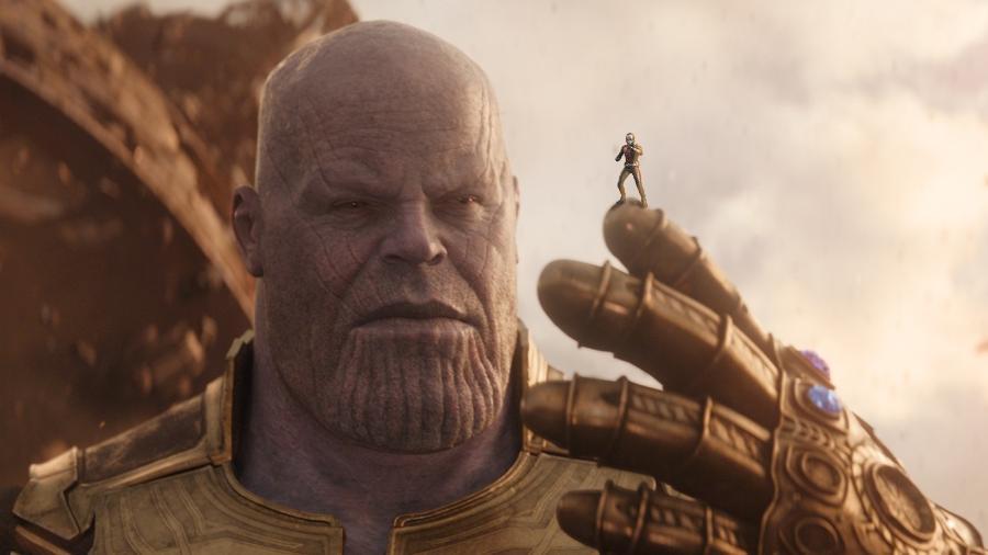Thanos segura um diminuto Homem-Formiga - Arte/UOL
