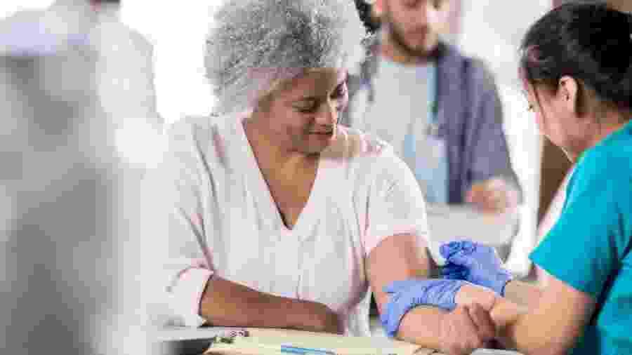 A vacina da gripe deve ser dada com prioridade em grupos de risco, como idosos e pessoas imunodeprimidas - iStock