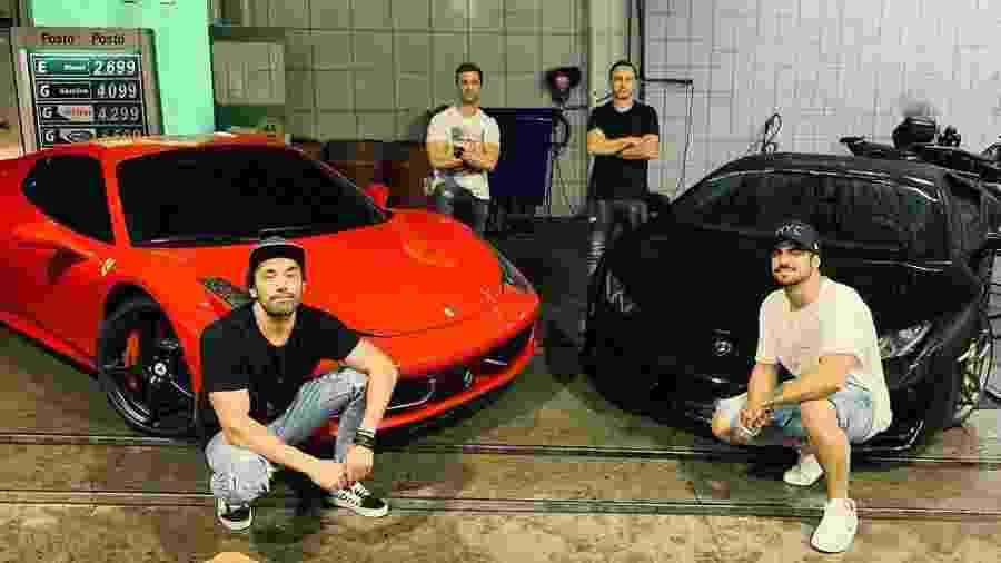Caio Castro posa com amigos em posto ao lado de uma Ferrari e uma Lamborghini - Reprodução/Instagram
