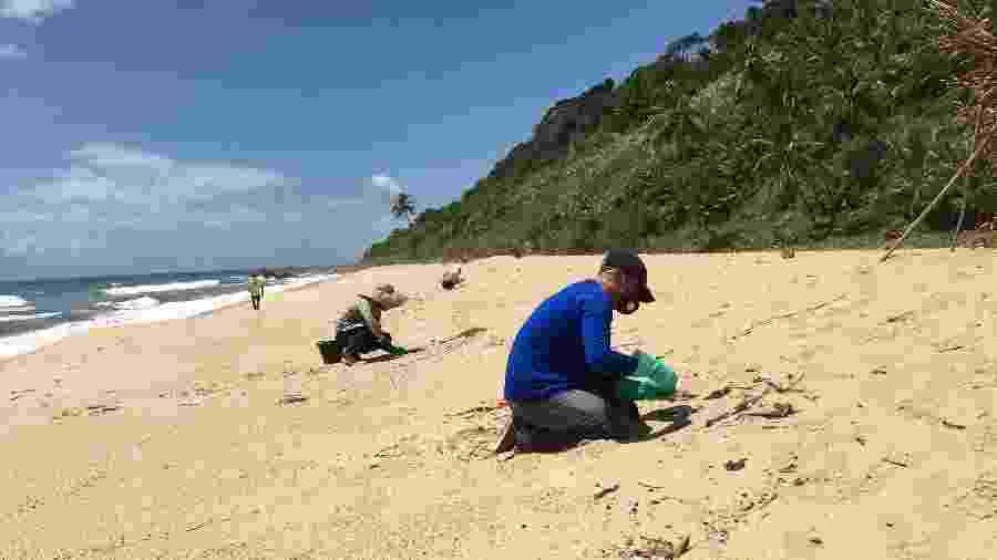 Voluntários atuam na limpeza do óleo na praia do Pompilho, na Bahia - Carline Piva