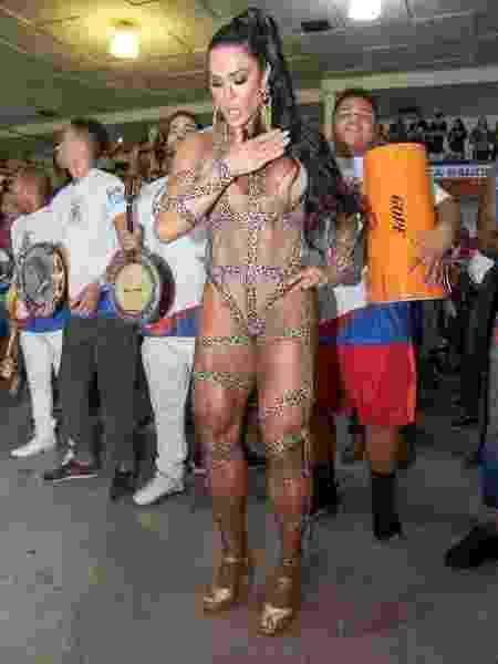 Gracyanne Barbosa usa maiô em ensaio e mostra corpo escultural - Imagem/AgNews