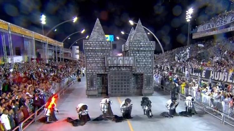 Momento em que fantasia de Romeu pega fogo antes da hora: escola pode perder pontos - Reprodução/TV Globo