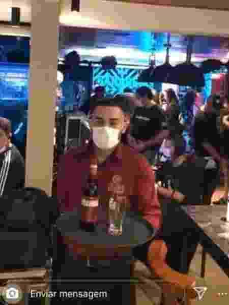 Garçom usa máscara facial durante pocket show de Jorge e Matheus - Reprodução/Twitter