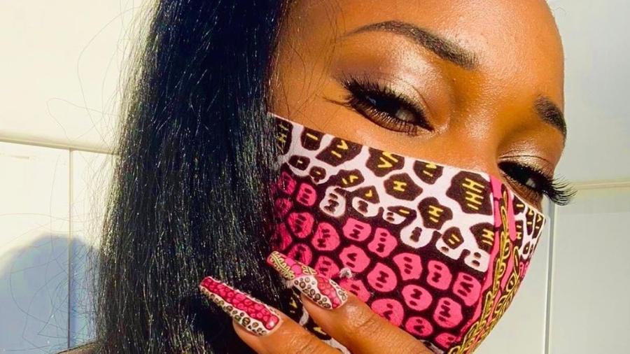 Manicure pinta unhas para combinar com estampa da máscara de tecido - Reprodução/Instagram/Marsha Nails