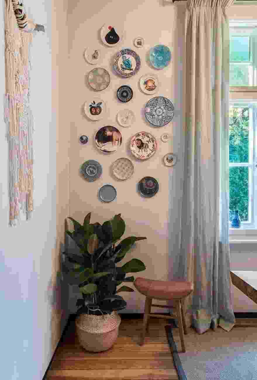 Os pratos decorativos levam charme para qualquer ambiente e ficam ótimos em pequenas paredes - Reprodução Pinterest
