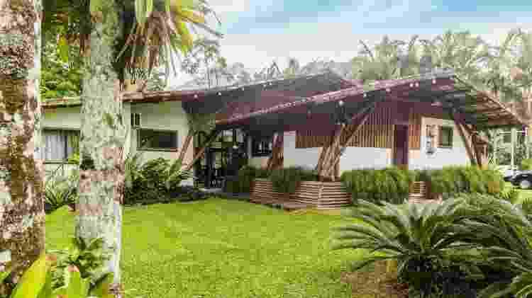 Outra perpsectiva exterior da casa em Angra dos Reis - Divulgação - Divulgação
