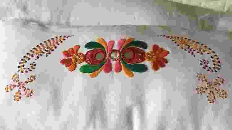 Travesseiro bordado com técnica indiana - Arquivo Pessoal - Arquivo Pessoal