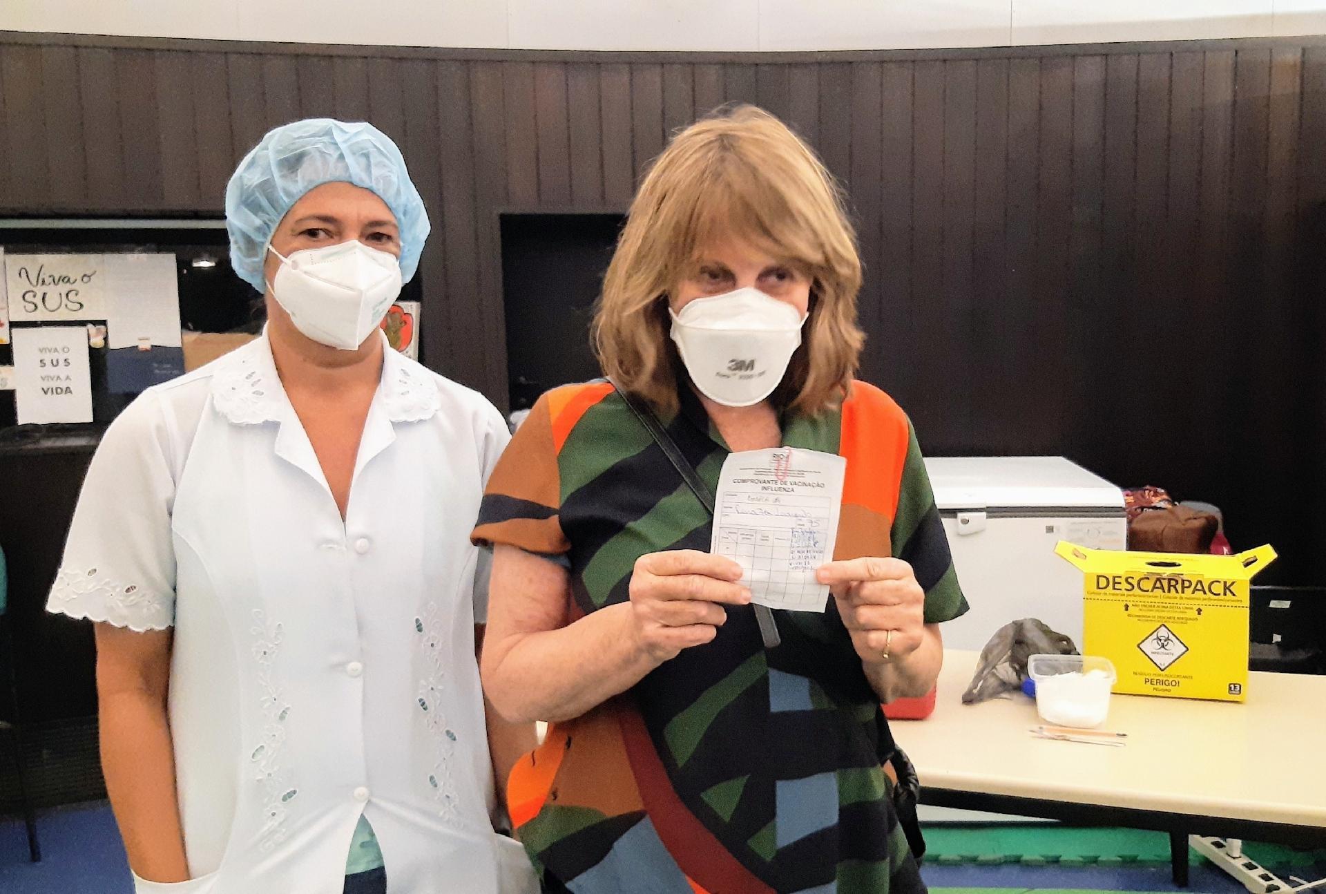 Renata Sorrah recebendo a 2ª dose da vacina de covid-19 - Daniel Delmiro / AgNews