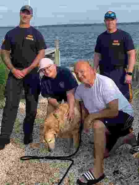 Chunk com seus donos e os policiais que o resgataram - Divulgação/Facebook New Jersey State Police - Divulgação/Facebook New Jersey State Police