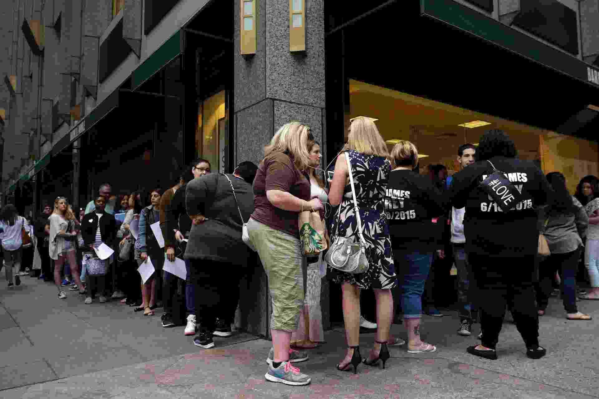 """Fila de fãs para comprar o livro """"Grey"""", da série """"Cinquenta Tons"""", dobra o quarteirão na 5ª Avenida, em Nova York - JEWEL SAMAD/AFP"""