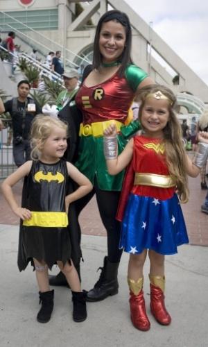11.jul.2015 - Vestida como o herói Robin, Renee Werner leva as filhas Reese Werner, de 6 anos, fantasiada de Mulher-Maravilha, e Reagan Werner, 4, com roupa de Batman, à Comic-Con 2015