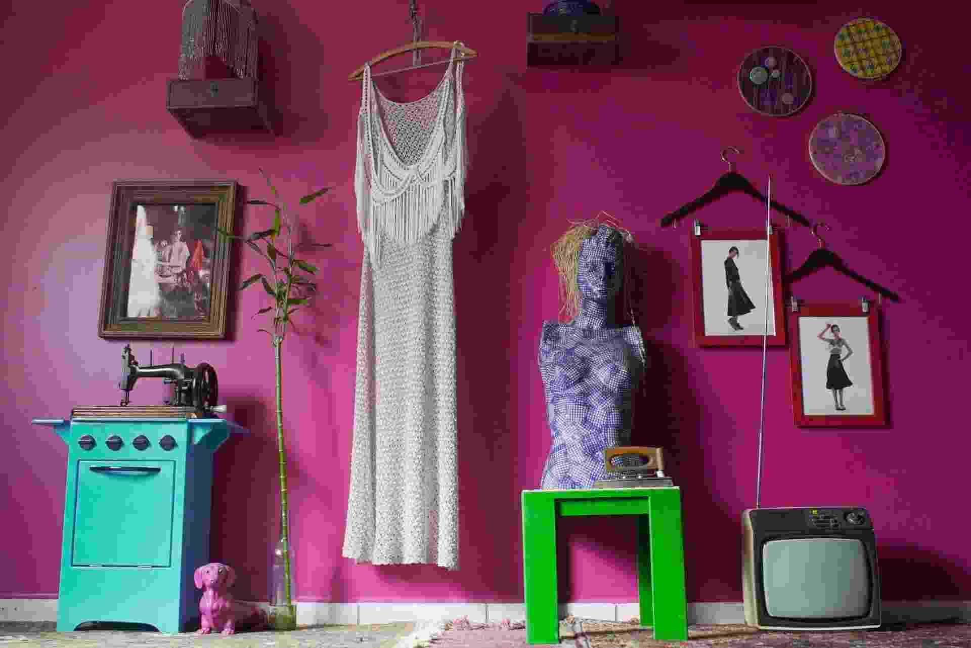 Quase toda casa da estilista Julia Vassoler Guglielmetti, onde também funciona o showroom da Grálias - sua marca de roupas -, é composta com móveis e objetos garimpados e reformados por ela. Entre as peças, encontradas no lixo, estão a TV antiga e as gavetas transformadas em prateleiras - Divulgação/ Arquivo pessoal