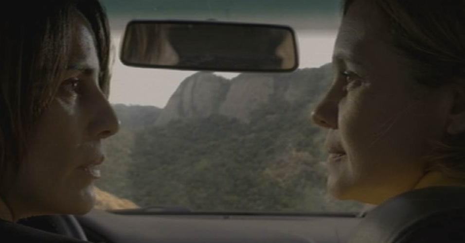 """28.ago,2015 - Beatriz (Glória Pires) e Inês (Adriana Esteves) se olham antes de sofrerem acidente de carro em """"Babilônia"""""""