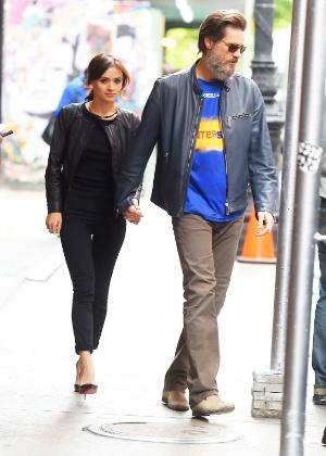 Jim Carrey com a namorada em Nova York em maio de 2015 - AKM-GSI
