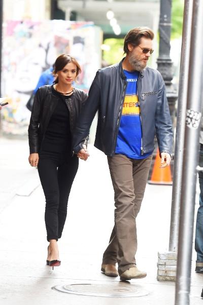 Jim Carrey com a namorada em Nova York em maio deste ano