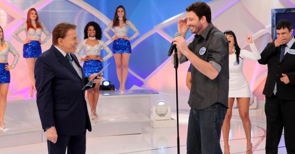 Silvio Santos brinca com Danilo Gentili em seu programa