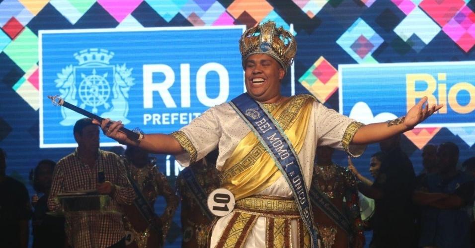 14.nov.2015 - Wilson Dias comemora ter sido escolhido mais uma vez o Rei Momo do Carnaval