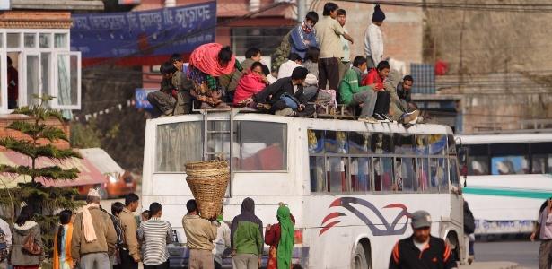 Ônibus no Nepal: interior superlotado e gente até no teto - AusAID/Creative Commons