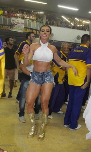 24.jan.2015 - Juju Salimeni participa do ensaio na quadra da Tijuca