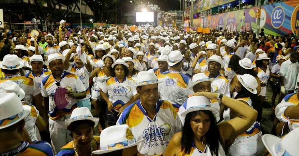 Foliões movimentam o bloco Alerta Geral, em Salvador