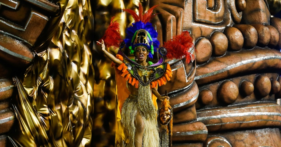 7.fev.2016 - Foliona se diverte durante o desfile do Império de Casa Verde, que, sem revelar o samba-enredo previamente, cantou sobre os mistérios que ainda rondam a humanidade