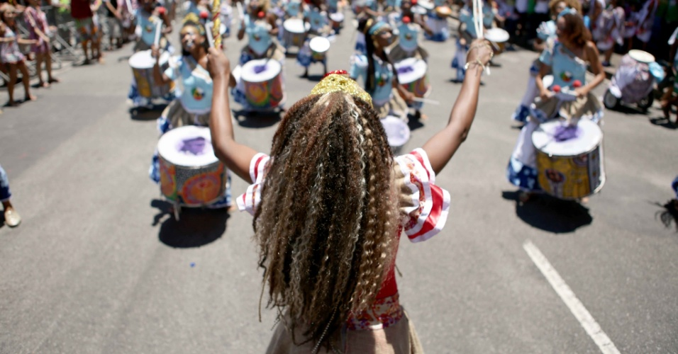 8.fev.2016 - Maestrina comanda a percussão da banda Didá, que trás este ano  um abre-alas em homenagem a Maria da Penha, que inspirou a criação da Lei 11.340, que prevê punições mais severas para os casos de violência doméstica